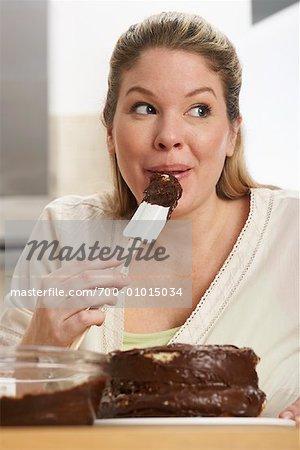 Femme dégustation glaçage gâteau