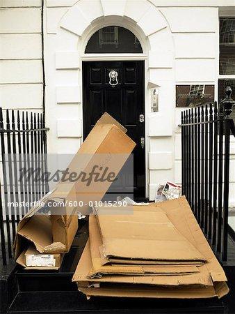Garbage en face de la porte d'entrée