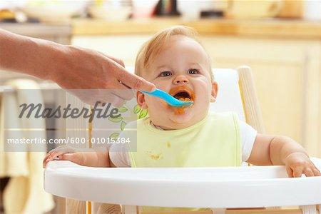 Baby gefüttert in Hochstuhl