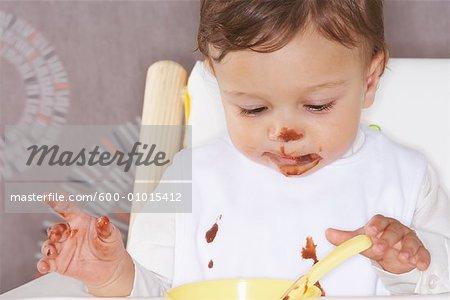 Bébé dans la chaise haute avec Dessert
