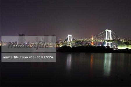 Pont de l'arc-en-ciel dans la nuit, tour de Tokyo en arrière-plan, Tokyo, Japon