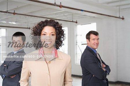 Portrait de femme d'affaires avec d'autres personnes d'affaires en arrière-plan