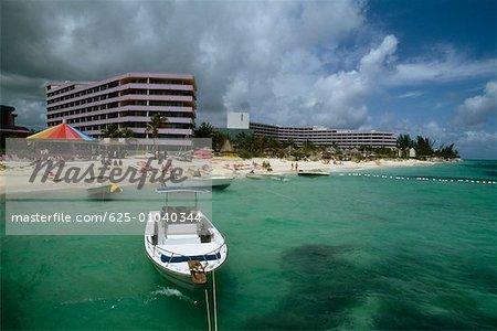 Vue de côté de l'hôtel Crystal Palace et beach, Nassau, Bahamas