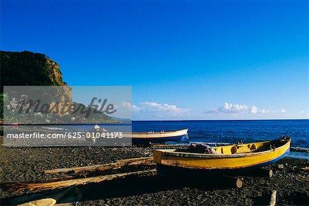 Bateaux de pêche étaient assemblés sur un bord de la mer, Martinique