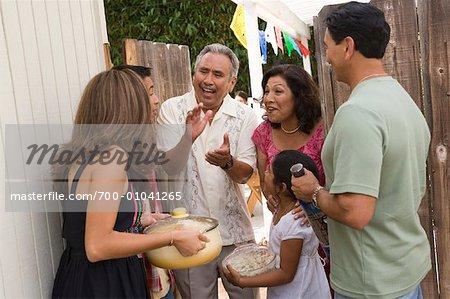 Famille étant accueilli au rassemblement de la famille