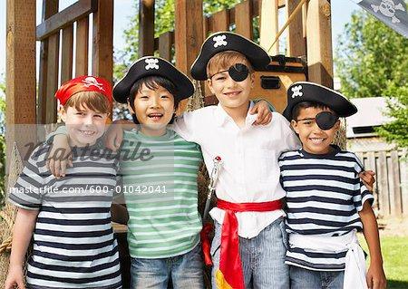 Portrait de garçons Dressed Up comme Pirates
