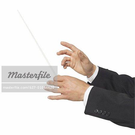 gros plan des mains du chef d'orchestre