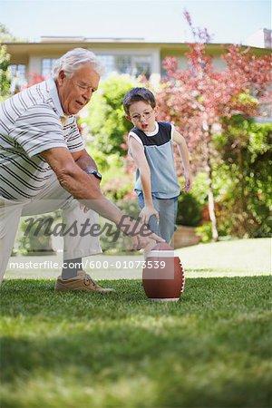 Grand-père et son petit-fils jouer au Football