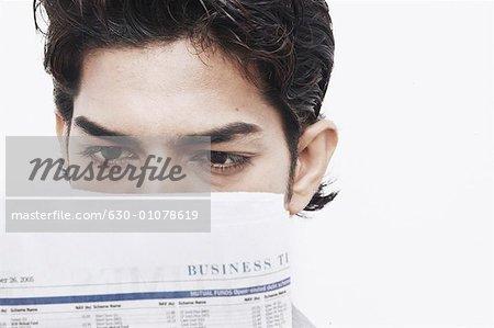 Gros plan d'un homme lisant un journal