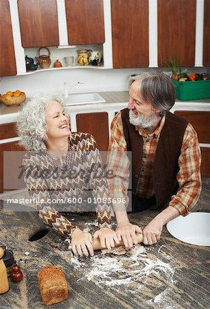 Paar Making Gebäck in Küche