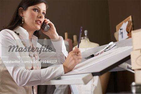 Femme à l'aide du téléphone