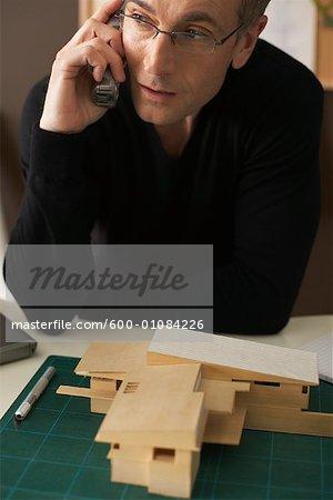 Homme à l'aide du téléphone