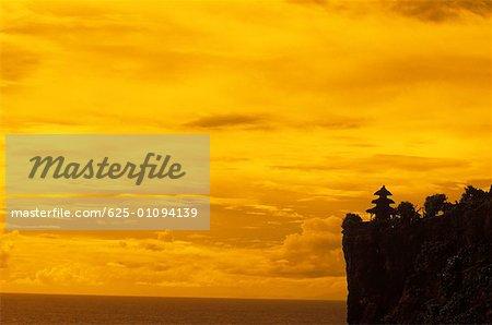 Silhouette d'une pagode sur une falaise, Bali, Indonésie