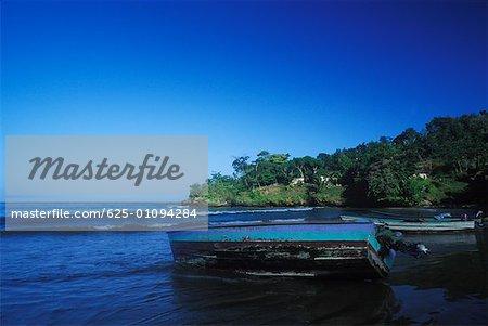Bateau de pêche sur la plage, Caraïbes