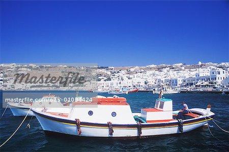 Deux bateaux de pêche amarrés dans la mer