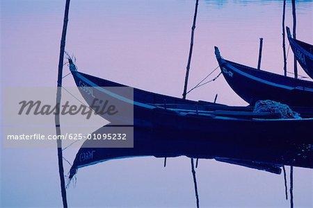 Bateaux de pêche amarrés dans une rangée, Valença, Portugal