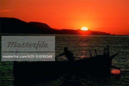 Silhouette d'un pêcheur sur un bateau de pêche, Malaga, Espagne