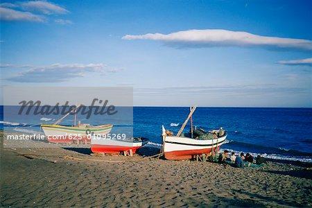 Bateaux de pêche sur la plage, Marbella, Andalousie, Espagne