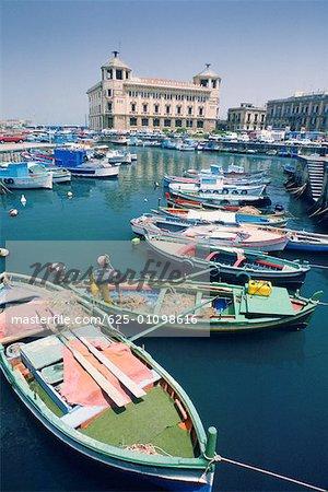 Vue d'angle élevé de bateaux amarrés au port, Siracusa, Sicile, Italie