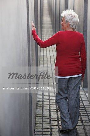 Frau zu Fuß durch das Denkmal für die ermordeten Juden Europas, Berlin, Deutschland