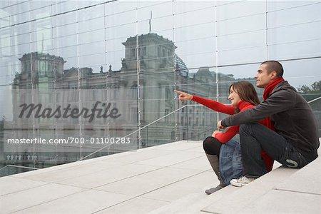 Couple à la recherche au Reichstag, Berlin, Allemagne