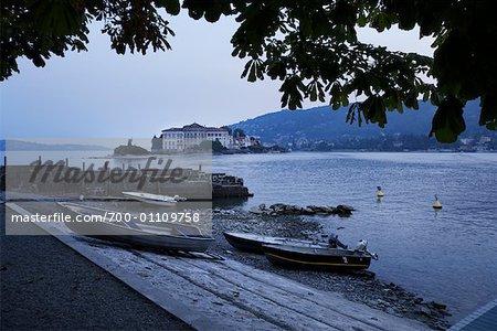 Bateaux sur le rivage, lac majeur, l'île, Italie de pêcheur