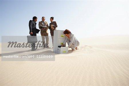 Les gens d'affaires et classeurs dans le désert