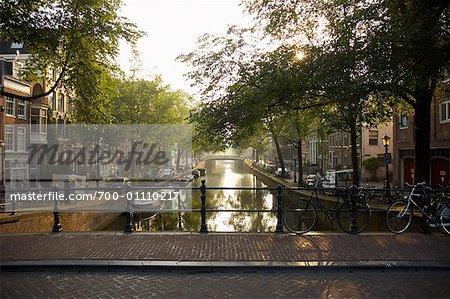 Kanal bei Sonnenaufgang, Amsterdam, Niederlande