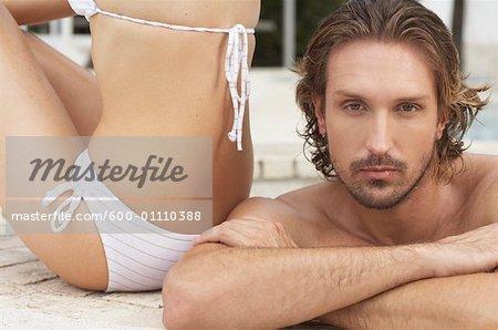 Portrait d'un homme dans la piscine