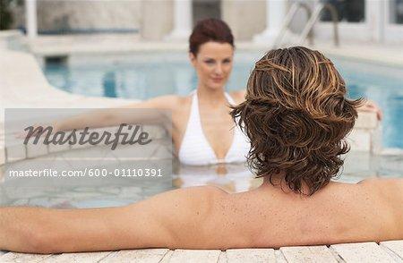 Homme et femme assise en Spa
