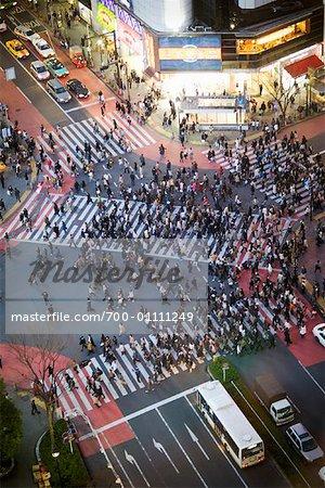 Vue aérienne de personnes traversant la rue animée de Tokyo, Japon