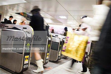 Gens dans le métro, Tokyo, Japon