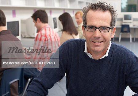 Portrait du professeur de classe d'informatique