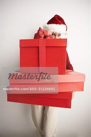 Femme en bonnet transportant des cadeaux