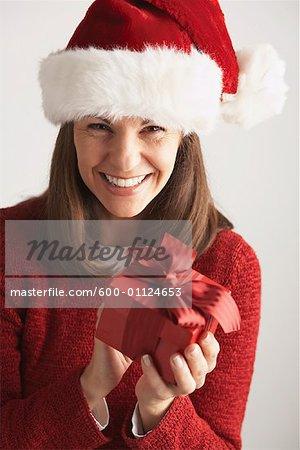 Woman in Santa Hat Holding cadeau