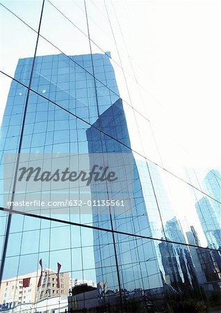 Vereinigte Staaten, New York, Gebäude spiegelt sich in den Fensterscheiben