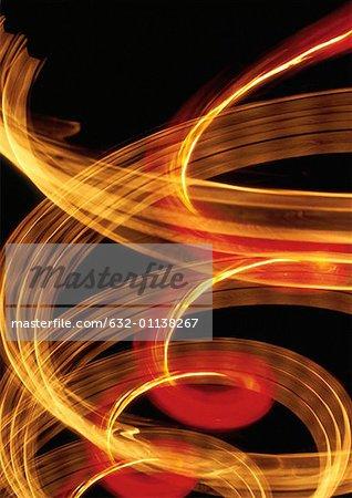 Effet de lumière qui tourbillonne, jaunes et rouges.