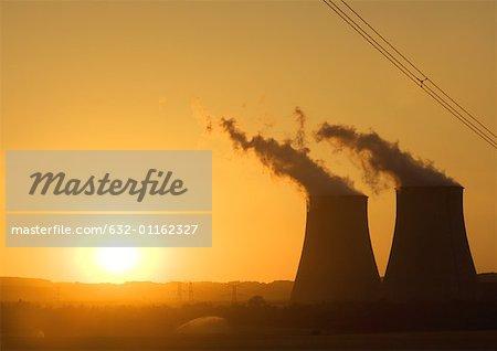 Tours de refroidissement nucléaires au coucher du soleil