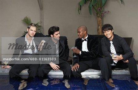 Men in Formal Wear avec les pieds dans la piscine, boire des Cocktails