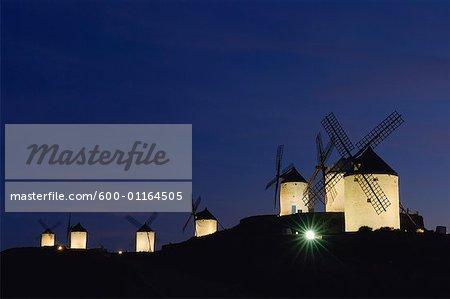 Moulins à vent sur une colline à la Provence de nuit, Castilla La Mancha, Ciudad Real, Espagne