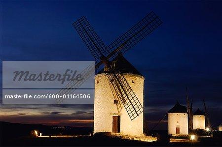 Windmühlen auf Hügel in Provence in Nacht, Kastilien-La Mancha, Ciudad Real, Spanien