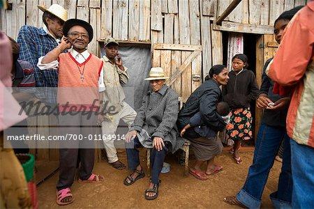 Personnes en attente pour consulter un guérisseur spirituel, Antsirabe, Madagascar