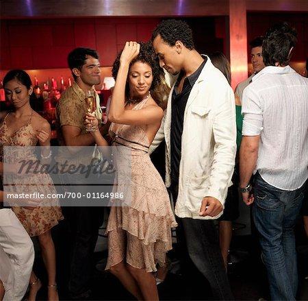 Freunde, tanzen in der Bar