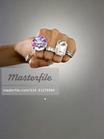 Femme portant des anneaux sur ses doigts