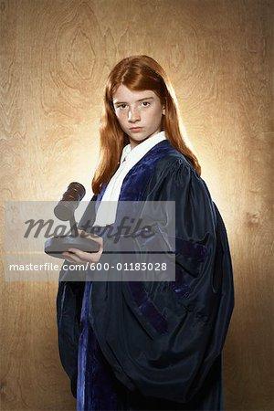 Portrait de jeune fille habillée comme juge