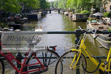 Fahrräder auf der Brücke über den Kanal, Amsterdam, Holland