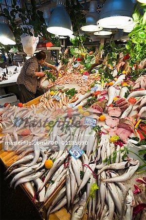 Vendeur de poisson dans le marché, Athènes, Grèce