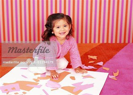 Petite fille faisant des métiers d'art