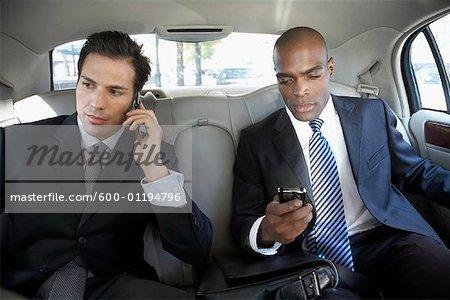 Les hommes d'affaires dans la voiture