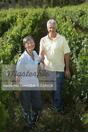 Couple dans le vignoble